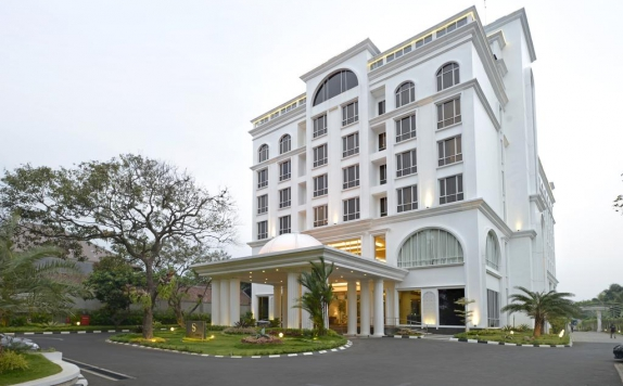 Front View di The Sahira Hotel