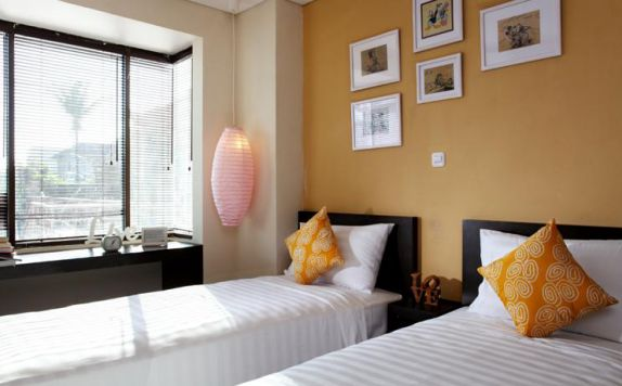guest room twin bed di The Spot Hotel