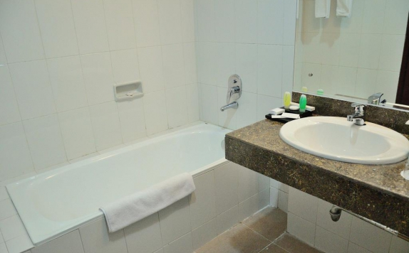 Bathroom di The Sun Hotel Sidoarjo