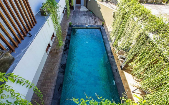 Outdoor Pool Hotel di Tri Homestay Kuta