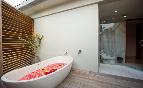 Tampilan Bathroom Hotel di Ubud Wana Resort