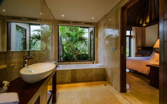 Tampilan Bathroom Hotel di Udhiana Resort Ubud