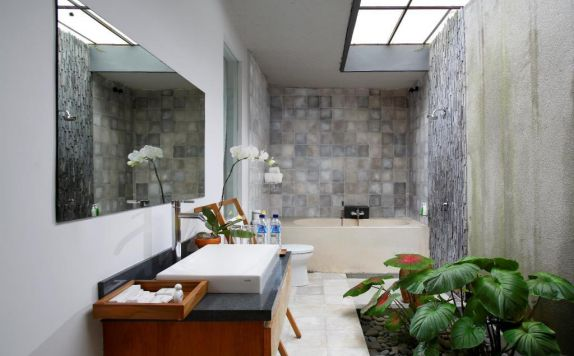 Bathroom di Villa Kayu Lama