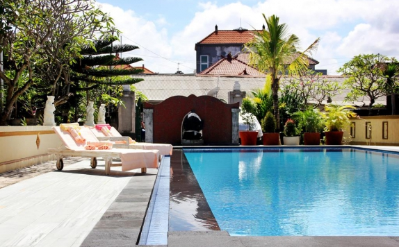 Outdoor Pool Hotel di Warung Coco Hostel