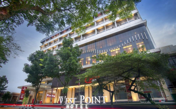 Eksterior di West Point Hotel Bandung