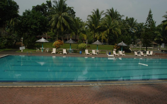 Swimming Pool di Wira Carita Hotel