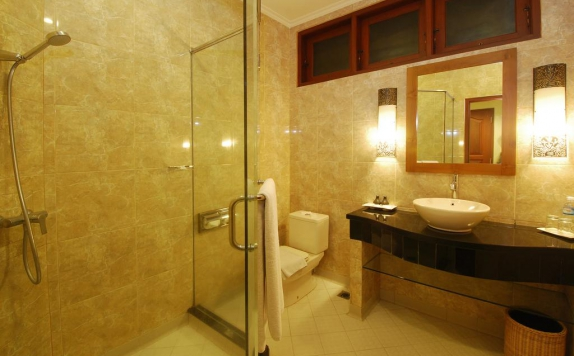 Bathroom di Yulia Beach Inn Kuta