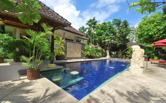 Swimming Pool di Yulia Beach Inn Kuta