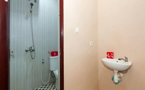 Bathroom di ZEN Rooms Bukit Jimbaran Buana
