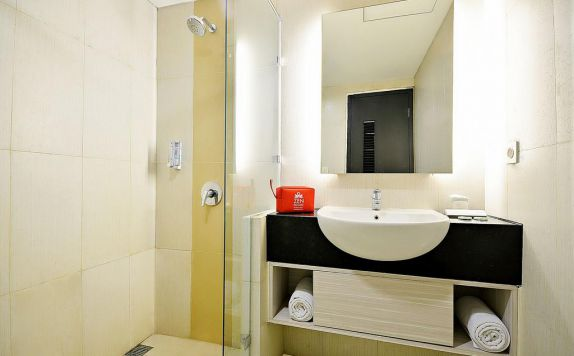 Bathroom di ZEN Rooms Pluit Bandengan