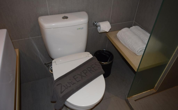 Bathroom di Zuri Express Mangga Dua